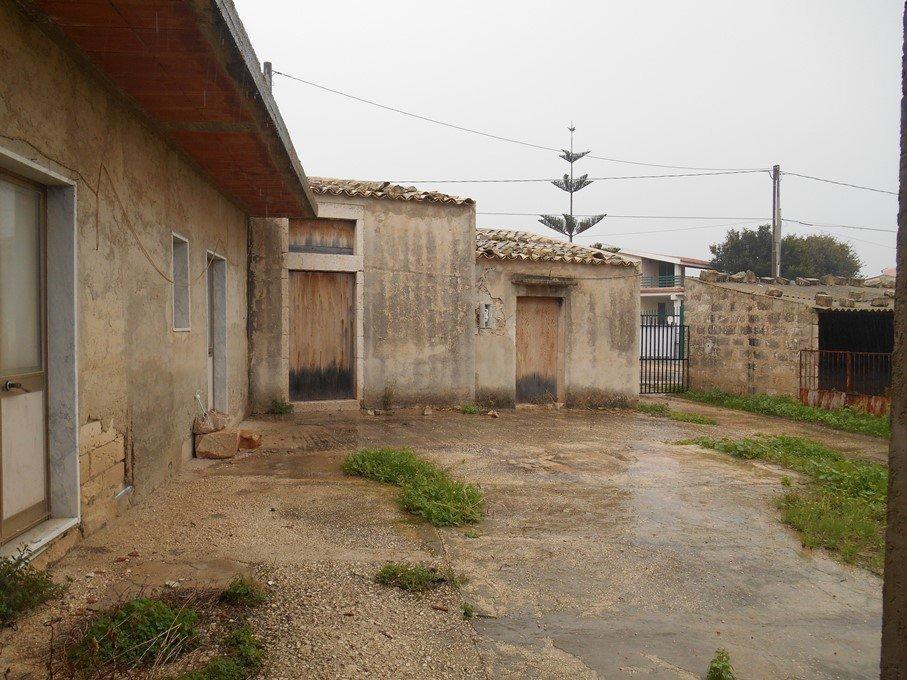 Caseggiato rurale con terreno